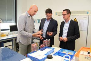 Der Geschäftsführer des MZLA, Dr. med. Andreas Meyer (links), informiert Oberbürgermeister André Neumann und Altenburgs Wirtschaftsförderer Tino Scharschmidt über verschiedene Arbeitsbereiche eines medizinischen Labors - hier das Auffinden von Krankheitserregern in der medizinischen Mikrobiologie. (Foto: Silke Arnold)