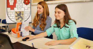 Larissa Günther (links) und Maria-Elena Redinger erlernen den Beruf der Verwaltungsfachangestellten. (Foto: Ronny Seifarth)