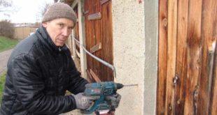 Reiner Seth, selbstständiger Handwerker, sicherte im Auftrag der Stadt circa ein Dutzend Garagen an der Zwickauer Straße - (Foto: C. Bettels)