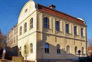 Die Turnhalle der Grundschule Karolinum ist wieder ein Blickfang (Foto: Ronny Seifarth)