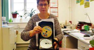 Helga Czapla zeigt eine Tasche mit CDs, die im Fundbüro der Stadt abgegeben wurde. (Foto: Ronny Seifarth)