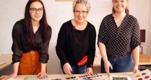 Celina Sabanovic (Auszubildende), Ursula Schreiber (Leiterin) und Susan Pleintinger (Sachbearbeiterin) zeigen Mustertafeln für Strickgarne, die zu den Neuzugängen des Stadtarchivs gehören. (Foto: Ronny Seifarth)