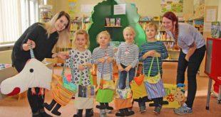 Die Erzieherinnen Josi Klose und Claudia Kranz haben mit ihren Schützlingen die Leselotte mit Büchern bestückt, die sie in der Kinderbibliothek ausleihen. (Foto: Silke Arnold)