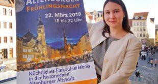 Citymanagerin Katharina Schenk zeigt ein Plakat, das für die Frühlingsnacht wirbt. (Foto: Ronny Seifarth)