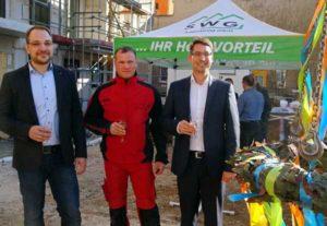 SWG-Geschäftsführer Lutz Schneevoigt (links), Silvio Löffler (Fuchs-Bau) und Oberbürgermeister André Neumann freuen sich über den Baufortschritt. (Foto: Ronny Seifarth)