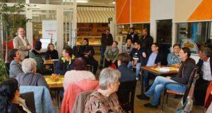 """Circa 20 Bürger folgten am Freitagnachmittag der Einladung in """"Annetts Backshop und Bistro"""". (Foto: Ronny Seifarth)"""