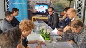 Mike Langer (hinten rechts) von der GML stellt das Filmfestival in einer Presserunde den örtlichen Pressevertretern und dem Oberbürgermeister André Neumann vor. (Foto: GML )