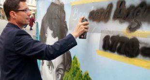 Bauzaun am Rathaus: Promi-Galerie wird vollendet - Auch Oberbürgermeister André Neumann sprayt mit. (Foto: Ronny Seifarth)