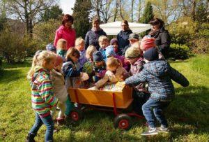 Mädchen und Jungen der Kita Pusteblume machten sich Anfang der Woche in den Botanischen Erlebnisgarten auf, um ihn österlich zu schmücken. (Foto: Ronny Seifarth)