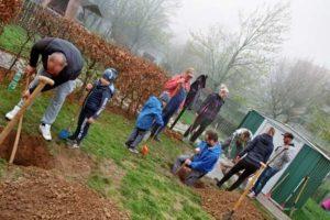 """Kinder, Eltern und Erzieher verschönern Außengelände des Kindergarten """"Am Spielplatz"""" (Foto: Kathrin Moos)"""