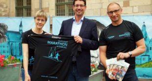 """Skadi Schädlich und Heiko Krahnert vom Organisationsteam des Skatstadtmarathons überreichten ein """"Event-Shirt"""" an Oberbürgermeister André Neumann. (Foto: Ronny Seifarth)"""