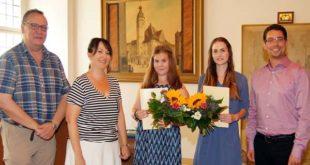 Susette Fischer gratulierten Larissa Steiner (Mitte) und Lara Werner (zweite von rechts). (Foto: Ronny Seifarth)