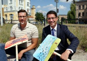 Referatsleiter Denis Anders (links) und Oberbürgermeister André Neumann stellten am Großen Teich Schilder auf. (Foto: Ronny Seifarth)