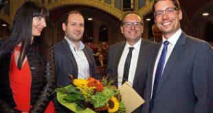 Altenburgs Oberbürgermeister André Neumann (rechts) überreichte den Denkmalpreis an Thomas W. Sperr (2. von rechts), Lucas Sperr und Andrea Sperr. (Foto: Ronny Seifarth)