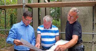 Oberbürgermeister André Neumann (links) schaute auf der Baustelle vorbei, um sich die Pläne zur Notsicherung von Jürgen Fröhlich und Joachim Opitz (rechts) erläutern zu lassen. (Foto: Ronny Seifarth)