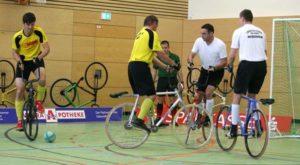 Franz Mehnert und Jan Mehnert (von rechts/SV Langenleuba-Niederhain), hier im Spiel gegen Langenwolschendorf, wurden Tagessieger beim 2.Verbandsligspieltag in der Niederhainer Schulsporthalle (Foto: Wolfgang Wukasch)