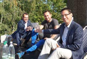 Tino Scharschmidt (links), Nick Sense und Oberbürgermeister André Neumann sitzen auf der künftigen Sonnenterrasse. (Foto: Ronny Seifarth)