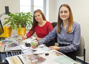 Larissa Steiner (in Rot) und Lara Werner haben am 1. September ihre Ausbildung in der Stadtverwaltung begonnen. (Foto: Ronny Seifarth)
