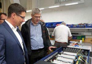 Geschäftsführer Markus Kaminski (rechts) führte Oberbürgermeister André Neumann durch sein Unternehmen. (Foto: Ronny Seifarth)
