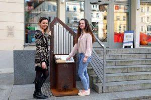 Lisa Piller (links) und Susan Tretner lassen die Bach-Orgel erklingen. (Foto: Ronny Seifarth)