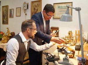 Uhrmachermeister Dirk Sparborth erklärt Oberbürgermeister André Neumann die Werkstatt. (Foto: Ronny Seifarth)