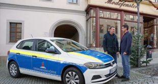 Der Leiter des Referats Ordnungs-, Melde- und Personenstandswesen, Lutz Meyner (links), zeigte das blau-gelbe Fahrzeug in dieser Woche Oberbürgermeister André Neumann. (Foto: Ronny Seifarth)