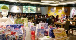 Geschenke aus Weihnachtsaktion übergeben (Foto: Claudia Wolter)
