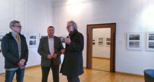 Volkmar Vogel (Mitte) mit Postersteins Bürgermeister Stefan Jakubek (links) und Museumsdirektor Klaus Hofmann (Foto: Schloss Posterstein)