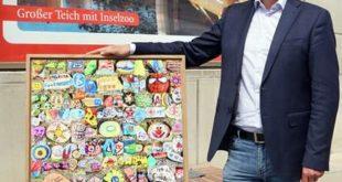 Oberbürgermeister André Neumann zeigt die Collage. (Foto: Ronny Seifarth)