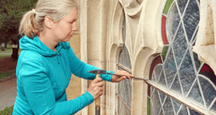 Diplom-Restauratorin Kathrin Rahfoth beim Ausbau eines Fensters. (Foto: Ronny Seifarth)