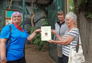 Kerstin Sollner (links) und Sigrid Seifert (rechts) erhielten von Ingrid Kipping den Patenbrief. (Foto: Ronny Seifarth)