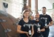 Im Sudhaus der Altenburger Brauerei, von links nach rechts: Katharina Reinhardt (1. Braumeisterin), Jens Seidel (Brauer), Felix Loschinski (2. Braumeister) (Foto: Altenburger Brauerei GmbH)