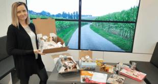 Lisa Piller mit den Gewinnen der Aktion ABGelaufen (Foto: Maxity Deutschland GmbH, Sandra Adam)
