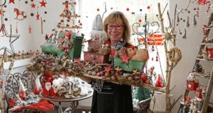 Monika Schulz-Mandel präsentiert Weihnachtliches aus Naturmaterialien im Pop-Up-Store (Foto: Ronny Seifarth)