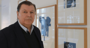 Prof. Peter Schnürpel vor seinen Werken in der Kunstgasse 1, (Foto: Jens Paul Taubert)