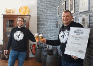 Beim anstoßen auf das beste Pils 2021, von links nach rechts: Bastian Leikeim (Geschäfts- führer und Inhaber der Altenburger Brauerei), David Sperling (Biersommelier) (Foto: Altenburger Brauerei)