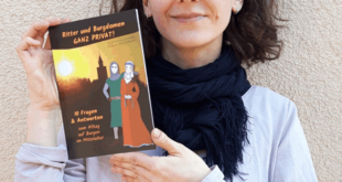 """Mit-Autorin Marlene Hofmann aus dem Museum Burg Posterstein mit dem neuen Kinderbuch """"Ritter und Burgdamen ganz privat!"""" (Foto: Burg Posterstein)"""