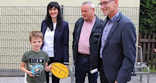 Von links: 4-jährige Noah, Carina Michalsky Gleichstellungsbeauftragte, Fred Reichel, Geschäftsführer der Städtischen Wohnungsgesellschaft Meuselwitz, und Landrat Uwe Melzer (Foto: Landratsamt)